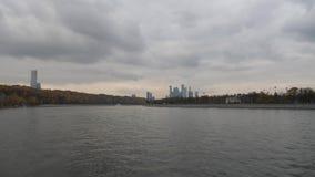 De stadsmening van Moskou van de rivier De recente herfst in de kaden van het kapitaal Bestuurbare het lopen rivier De kranen van stock video