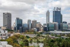 De stadsmening van Perth van Koningenpark in bewolkt weer Stock Foto's