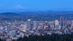 De stadsmening van Portland Oregon van Pittock-Herenhuis bij nacht stock videobeelden