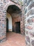 De de de stadsmuren, bogen en plafonds van grote bruine stenen stock foto's