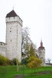 De Stadsmuur van Luzern met middeleeuwse toren Stock Afbeeldingen