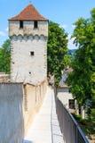 De Stadsmuur van Luzern met middeleeuwse toren Stock Foto's