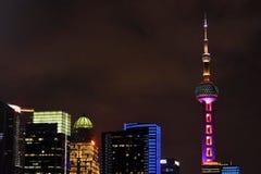 De Stadsnacht van Shanghai, Oosterse Pareltoren, nachteconomie royalty-vrije stock afbeeldingen