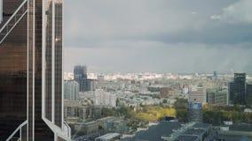 De stadspanorama in real time van Moskou van één van een wolkenkrabber die in commercieel van Moskou internationaal centrum wordt stock footage
