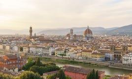 De stadspanorama van Florence met Arno-rivier en Santa Maria del Fiore-kathedraal bij zonsondergang Stock Fotografie