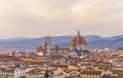 De stadspanorama van Florence met Arno-rivier en Santa Maria del Fiore-kathedraal bij zonsondergang Stock Afbeeldingen