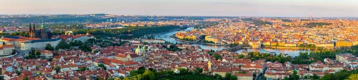 De stadspanorama van Praag bij zonsondergang, hoge resolutiebeeld, Tsjechische Republiek Royalty-vrije Stock Foto's