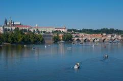 De stadspanorama van Praag met Charles Bridge en St. Vitus Cathedral Stock Afbeelding