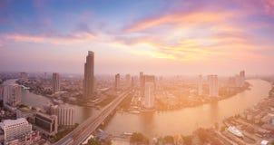 De stadsrivier van Bangkok van de panorama Luchtdiemening met na zonsondergangtoon wordt gebogen Royalty-vrije Stock Fotografie