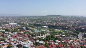 De stadssatellietbeeld van Tbilisi Brug van Vrede, presidentieel paleis, Sameba stock videobeelden