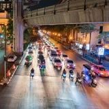 De stadsstraat van Bangkok bij nacht stock foto