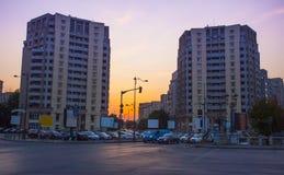 De stadsstraat van Boekarest bij zonsondergang stock foto