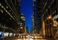 De Stadsstraat van New York bij Nacht Stock Foto