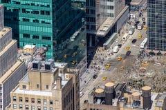 De Stadsstraten van New York met mensen en gele taxi stock afbeelding