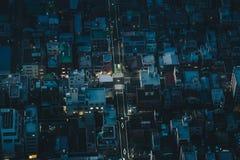 De stadsstraten van Tokyo bij nacht zoals die van boven luchtfoto wordt gezien royalty-vrije stock foto