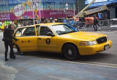 De Stadstaxi van New York bij The Times-Vierkant Stock Afbeeldingen
