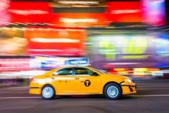 De Stadstaxi van New York, in Motie, Times Square, NYC, de V.S. stock afbeelding