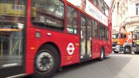 De Stadstime lapse van Londen met Overvol Straatverkeer en Rood Dubbel Decker Buses stock video