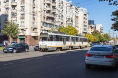 De stadstram gaat langs de Boulevard Corneliu Coposu in de stad van Boekarest in Roemenië Royalty-vrije Stock Fotografie