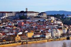 De stadsuniversiteit van Coimbra en Mondego-riviermening Stock Foto's