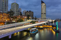 De stadsverkeer van Brisbane bij schemer stock afbeeldingen