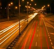 De stadsverkeer van de nacht Stock Foto's