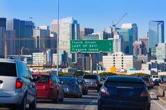 De stadsverkeer van San Francisco in spitsuur met de horizon van de binnenstad Stock Afbeeldingen