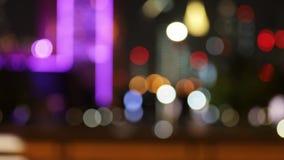 De stadsverkeerslichten van de Defocusednacht Kleur Vaag bokeh van het bewegen van auto's stock footage