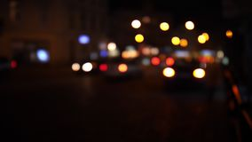 De stadsverkeerslichten van de Defocusednacht Kleur Vaag bokeh van het bewegen van vervoer en typisch stadslawaai stock video
