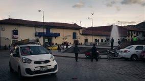 De Stadsvierkant en Fontein van de auto'spas in de Avond stock videobeelden