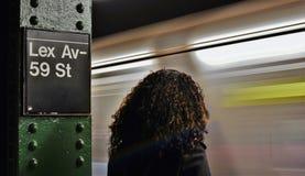De Stadsvrouw die van New York op Metro wachten die het Ondergrondse het Platform van MTA Reizen omzetten royalty-vrije stock foto