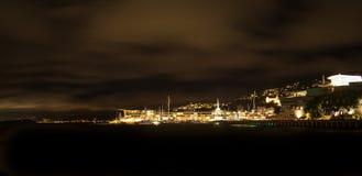 De stadswaterkant van Wellington bij nacht: Lit-op huizen op de hellingen die van MT Victoria en straatlantaarns over rust glanze royalty-vrije stock afbeelding
