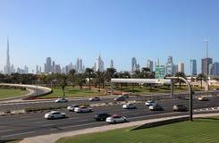 De stadsweg en horizon van Doubai stock foto's
