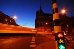De stadsweg van Amsterdam bij nacht Stock Afbeeldingen