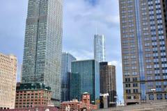 De stadswolkenkrabbers van de binnenstad door de Rivier van Chicago Stock Afbeeldingen