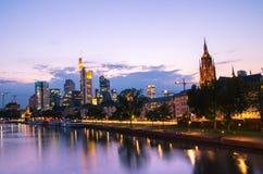 De stadswolkenkrabbers van Frankfurt binnen de stad in bij zonsondergang Stock Afbeeldingen