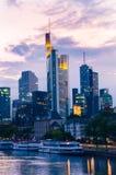 De stadswolkenkrabbers van Frankfurt binnen de stad in bij zonsondergang Stock Foto