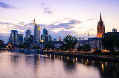 De stadswolkenkrabbers van Frankfurt binnen de stad in bij zonsondergang Royalty-vrije Stock Foto