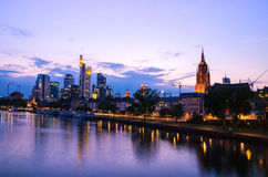 De stadswolkenkrabbers van Frankfurt binnen de stad in bij zonsondergang Stock Fotografie