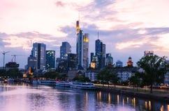 De stadswolkenkrabbers van Frankfurt binnen de stad in bij zonsondergang Stock Afbeelding