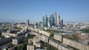 De Stadswolkenkrabbers van Moskou, luchtmening Bureau commercieel centrum van de stad van Moskou stock footage