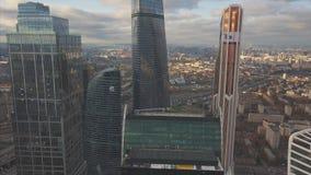 De Stadswolkenkrabbers van Moskou, luchtmening klem Bureau commercieel centrum van de stad van Moskou Moskou-stad gebouwen met he stock video