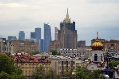 De stadswolkenkrabbers van Moskou van verschillende era's Royalty-vrije Stock Fotografie