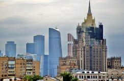 De stadswolkenkrabbers van Moskou van verschillende era's Stock Fotografie