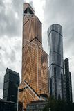 De Stadswolkenkrabbers van Moskou in de zomer in bewolkt weerperspectief royalty-vrije stock afbeeldingen