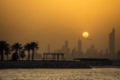 De stadszonsondergang van Koeweit in stoffig weer royalty-vrije stock afbeeldingen