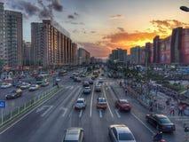 De stadszonsondergang van Peking met auto's en wolkenkrabbers stock fotografie