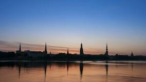 De stadszonsopgang van Riga Geschoten op Canon 5D Mark II met Eerste l-Lenzen stock video