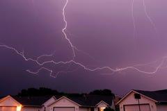 De staking die van de bliksem de hemel overspant stock afbeelding