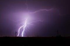 De Stakingen van de bliksem in Woestijn Stock Afbeeldingen